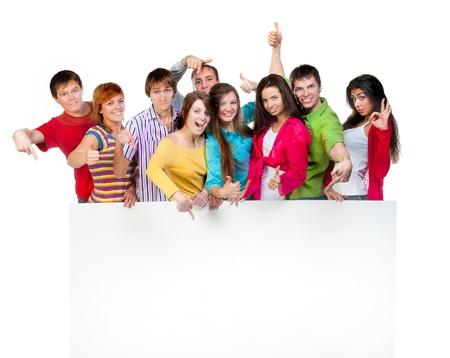 grote groep mensen: Gelukkige jonge groep mensen eendrachtig samen en houden een leeg teken voor uw tekst