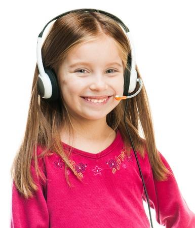 Niña sonriente en auriculares aislados en blanco