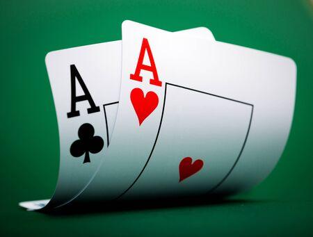 jeu de carte: cartes à jouer sur une table de casino vert Banque d'images