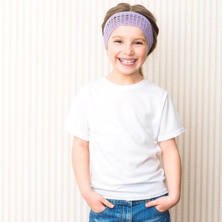 niño modelo: La sonrisa linda niña en la camiseta blanca