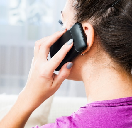 amigas conversando: Atractiva mujer morena joven que llama por el móvil