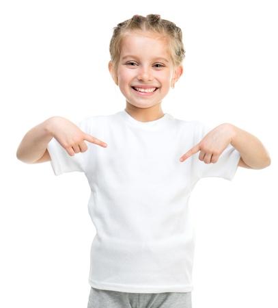 top model: Schattig klein meisje in witte t-shirt geïsoleerd op een witte achtergrond