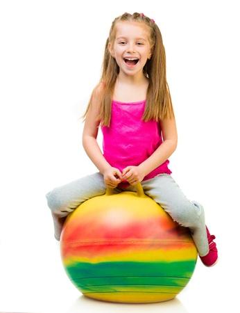 beyaz arka plan üzerinde top ile jimnastik yapıyor genç kız Stock Photo
