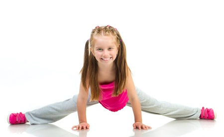niños danzando: joven haciendo gimnasia sobre fondo blanco