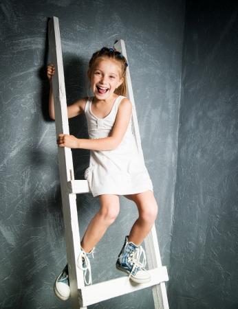 niño escalando: niña en las escaleras blancas