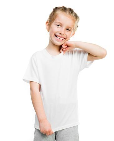 niño modelo: Niña linda en camiseta aislado en un fondo blanco, lanzamiento del estudio