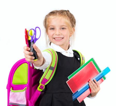 niños en la escuela: linda niña con un escritorio en el fondo blanco