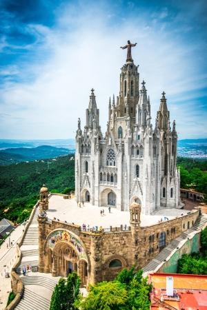 sacre coeur: Tibidabo église sur la montagne à Barcelone avec la statue du Christ Donnant la ville