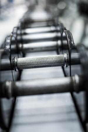 levantar pesas: Filas de pesas en el gimnasio Foto de archivo