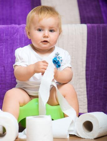 papel higienico: adorable bebé en el inodoro con papel higiénico Foto de archivo