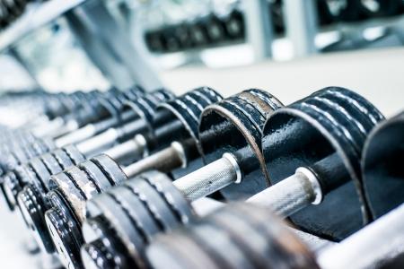 équipement: haltères de sport en club sportif moderne Poids & Formation