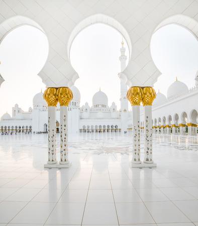 アブダビのグランドモスクの豪華な大理石の柱廊