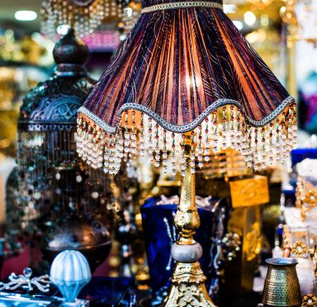 muebles antiguos: Lámpara de mesa en la tienda Foto de archivo