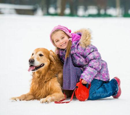 petite fille marchant avec un golden retriever Banque d'images - 28796875