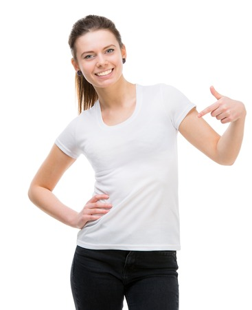 lachende meisje in witte t-shirt en en zwarte broek op een witte achtergrond