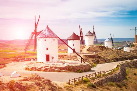 don quijote: tradicionales molinos de viento y el castillo de Consuegra, Toledo, España