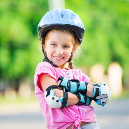 patines: Ni�a en patines en el parque