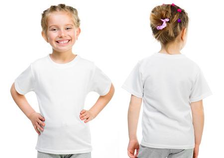 Klein meisje in een wit T-shirt op een witte achtergrond, voor- en achterkant Stockfoto