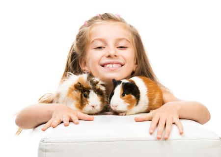 cavie: Bambina sveglia con due porcellini d'India. Isolato su sfondo bianco.