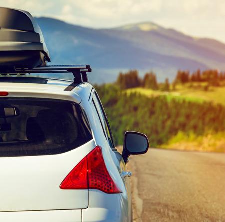 chobot: vůz pro cestování se střešní nosič na horské silnici Reklamní fotografie
