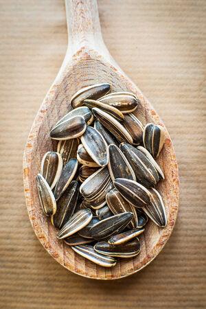semillas de girasol: semillas de girasol en una cuchara de madera
