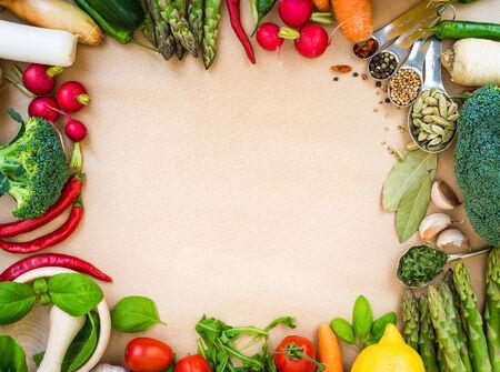 legumbres secas: Marco de las verduras frescas en un fondo marrón