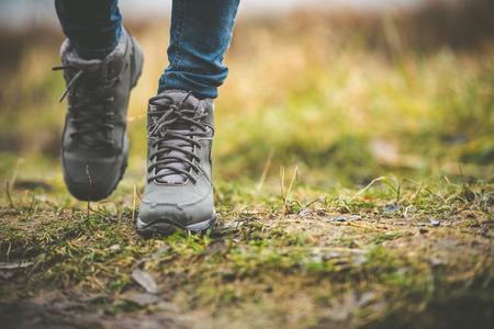 pasear: los pies en los zapatos de un camino forestal Foto de archivo