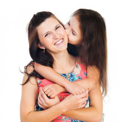 mujer hijos: Niña linda que abraza a su madre. Familia feliz.
