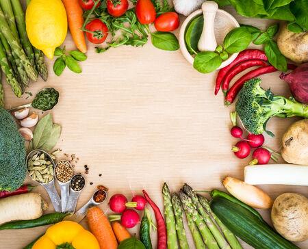frutas secas: Marco de las verduras frescas en un fondo marr�n