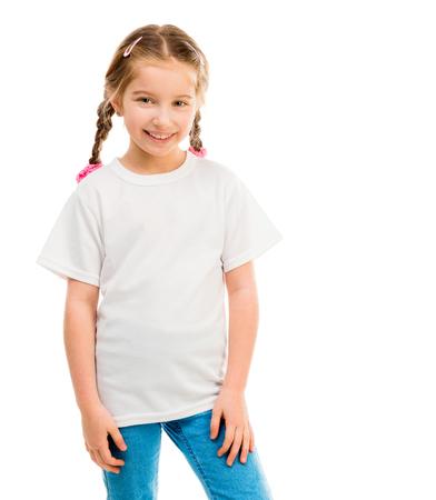 schattig klein meisje in een wit T-shirt op een witte achtergrond