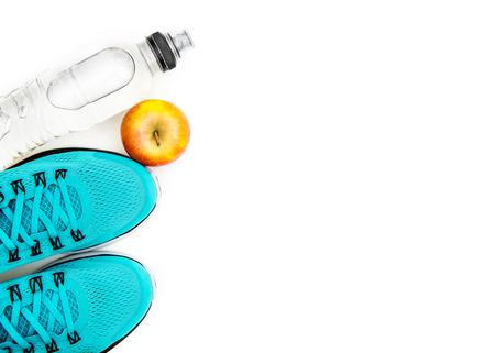 흰색 배경에 고립 된 개체 파란색 운동화와 사과 : 스포츠 배경 스톡 콘텐츠