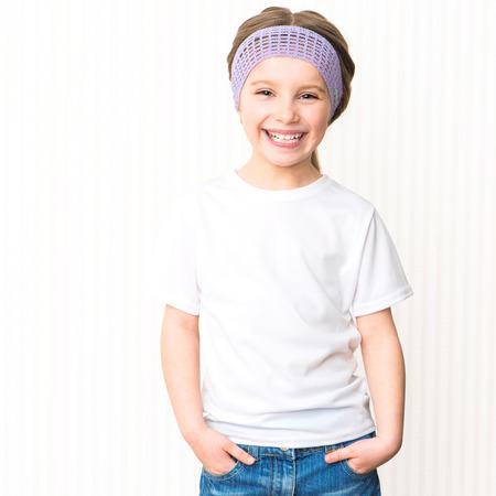 petite fille avec robe: Mignon sourire petite fille en t-shirt blanc Banque d'images