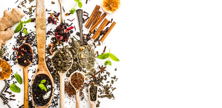 flores chinas: Clases Virious de té en cucharas de madera en el vector blanco
