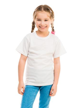 niedliche kleine Mädchen in einem weißen T-Shirt und blaue Jeans auf weißem Hintergrund