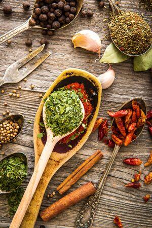 �pices: �pices et des herbes sur une table en bois brun Banque d'images
