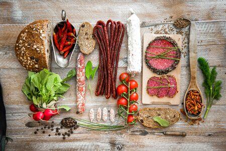 legumbres secas: Pan integral con salami y hortalizas secado sobre una mesa de madera rústica Foto de archivo