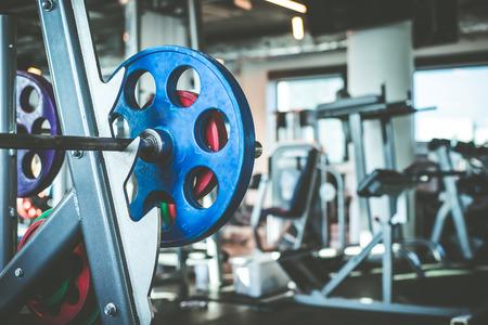 rejas de hierro: Barra con pesas en el gimnasio