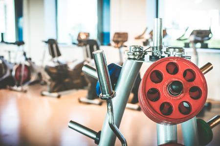 gimnasio: Rod y pesas en el gimnasio