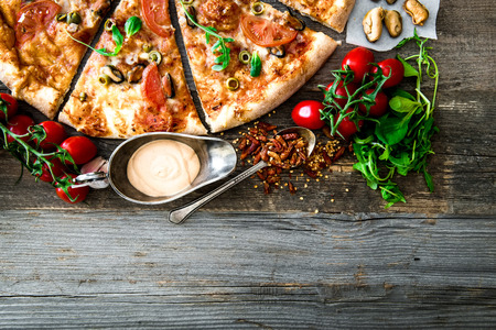 comida italiana: Pizza de marisco delicioso con las cerezas en una mesa de madera