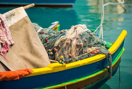 bateau de pêche: filets de pêche dans un bateau de pêche de Marsaxlokk traditionnel coloré