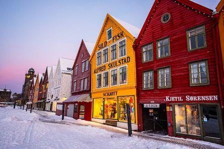 case colorate: Bergen, Norvegia - 27 dicembre 2014: strada famosa Bryggen con case colorate in legno a Bergen a Natale, in Norvegia Editoriali
