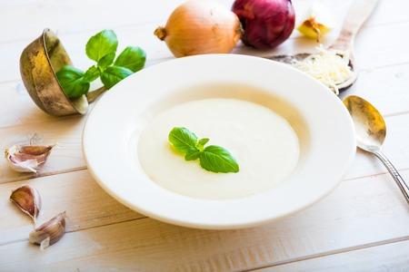 cebolla blanca: cebolla sopa de pur� en un plato de queso blanco en la mesa