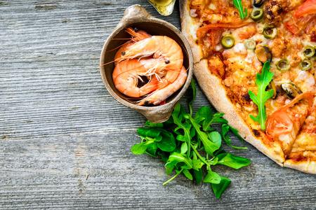 mariscos: deliciosa pizza con los mariscos en la mesa de madera Foto de archivo