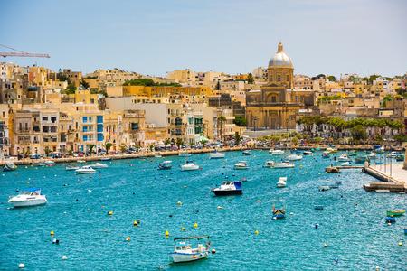 paisaje mediterraneo: muchos pequeños yates y barcos de wiev plan a la bahía cerca de La Valeta en Malta