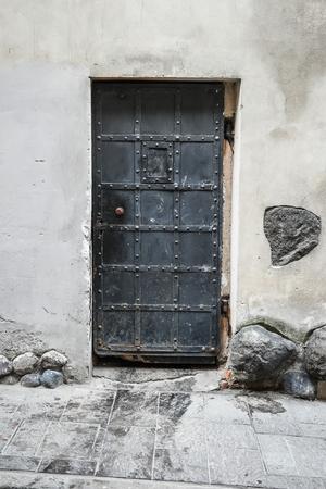 antique medieval old hard iron door Imagens - 43021239