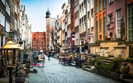 arboles blanco y negro: Arquitectura de la calle Mariacka en Gdansk es una de las atracciones turísticas más notables de Gdansk.