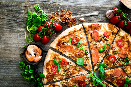 dough: Pizza de marisco delicioso en una tabla de madera con textura Foto de archivo