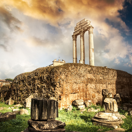 templo romano: Foro Romano al atardecer en Roma, Italia