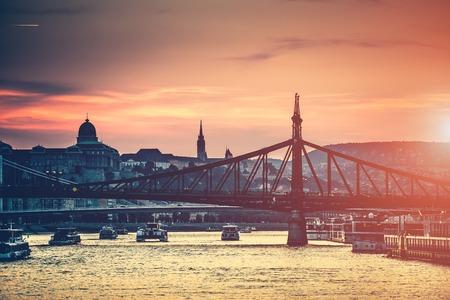 Sera vista su Budapest dal fiume fino al ponte e l'architettura Archivio Fotografico - 45390447