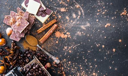 Cioccolato, noci, spezie su un tavolo nero liscio Archivio Fotografico - 46627612